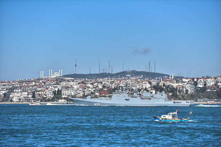 Yaklaşık 1,5 saatte Boğaz geçişini tamamlayan gemiler Karadenize açıldı.
