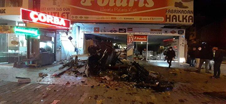Kontrolden çıkan otomobil ana yolu ayıran beton kaldırıma çarparak savruldu. Yan yola geçen araç önce çöp konteynerlerine vurdu sonra da bir ayakkabı mağazasına uçtu.