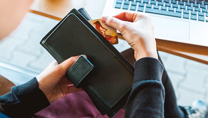 3. Banka kartı ve kredi kartı yerine sanal kart tercih edin. Kredi kartları, banka kartlarına göre daha fazla koruma sağlıyor ama güvenlikte ikisinin de üstüne çıkan sanal kartları kullanarak ek koruma katmanı yaratabilirsiniz. Kredi kartı yerine geçen sanal kartlar, siber dolandırıcılığa karşı güvende olunmasına yardımcı oluyor.