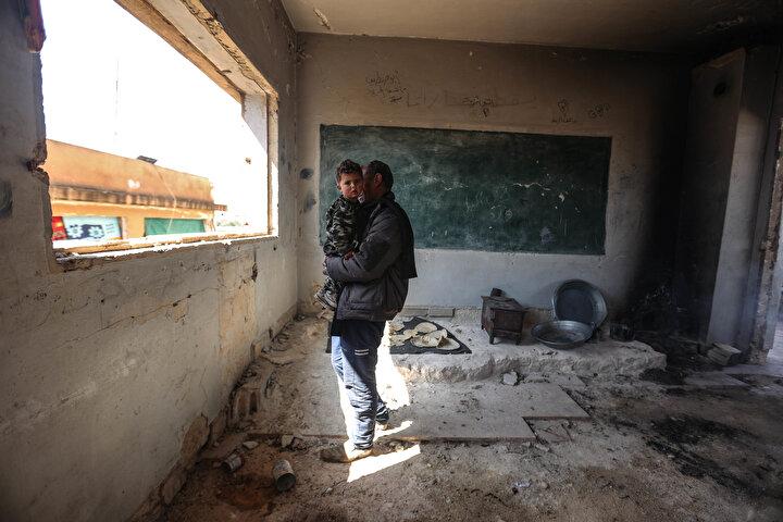 Yerinden edilen aileler, İdlibin kuzeydoğusunda Esed rejimi ile Rusyanın daha önceki saldırılarında hedef aldıkları Mamduh Şayup ile Ferdi Ubeyd okullarındaki sınıfların yazı tahtalarını elbiselere askı, diğer sınıfları da mutfak ve yaşam alanı olarak kullanıyor.
