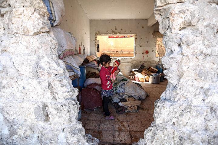 Okula sığınmadan önce açıkta kaldıklarını, daha sonra da Binneşte çatısı su sızdıran bir yerde geçici olarak barındıklarını ifade eden Rahmun, Şimdi yemin ediyorum çoğu gece yemek yemeden uyuyoruz. Kocam yaşlı olduğu için çalışamıyor. Nasıl yaşayalım? Nasıl geçinelim?  ifadelerini kullandı.
