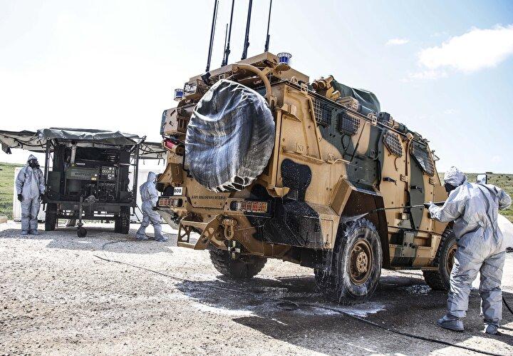 Başta Suriyenin kuzeyindeki harekat bölgelerinde bulunanlar olmak üzere Kara Kuvvetleri Komutanlığına bağlı unsurlar da virüse karşı alınan sıkı ve sert tedbirleri harfiyen yerine getiriyor.