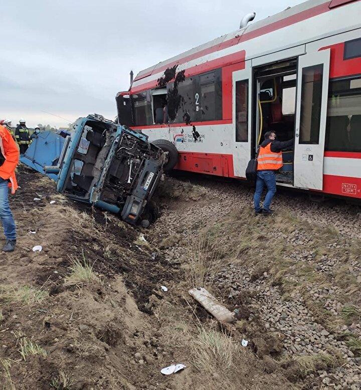 Çarpmanın etkisiyle kamyon hurdaya dönerken, tren de büyük hasar aldı. Kaza sonrası Poznan-Wagrowiec tren yolu kapatıldı.Polonya Demiryolları PKP PLK Basın Sözcüsü Magdalena Janus yaptığı açıklamada, tren ve kamyonun vinçlerle kaldırılmasından sonra raylarda yapılacak incelemelerin ardından hattın kullanıma açılabileceğini söyledi.