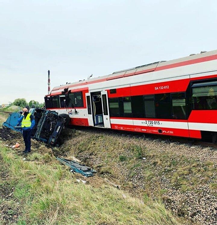 Edinilen bilgiye göre kaza, Polonyanın batısındaki Poznan kenti yakınlarında yer alan Bolechowo köyünde bulunan hemzemin geçitte dün akşam meydana geldi. Poznan-Wagrowiec seferini yapan yolcu treni, kırmızı ışığa rağmen hemzemin geçitten geçmeye çalışan kamyona çarptı.