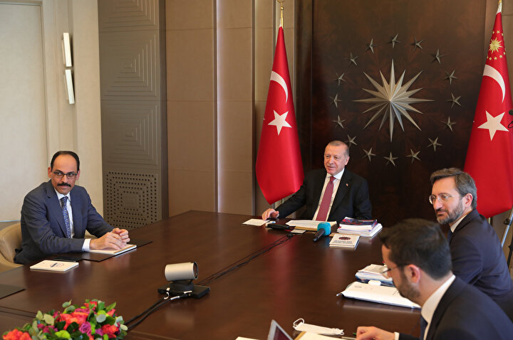 Cumhurbaşkanı Recep Tayyip Erdoğan, vefa destek gruplarının yardım yaptığı ailelerle video konferans yöntemiyle görüşme yaptı.