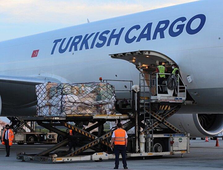 Türkiyenin Filistine göndereceği aralarında 40 bin tanı kiti, 100 bin N95 maske, 40 bin tulum, 100 bin eldiven, 20 bin koruyucu gözlük, 2 bin litre dezenfektan, 20 bin nazal oksijen kanülü, 2 bin oksijen maskesi ve 4 PCR cihazının da bulunduğu 15 tonluk tıbbi malzeme yola çıktı.