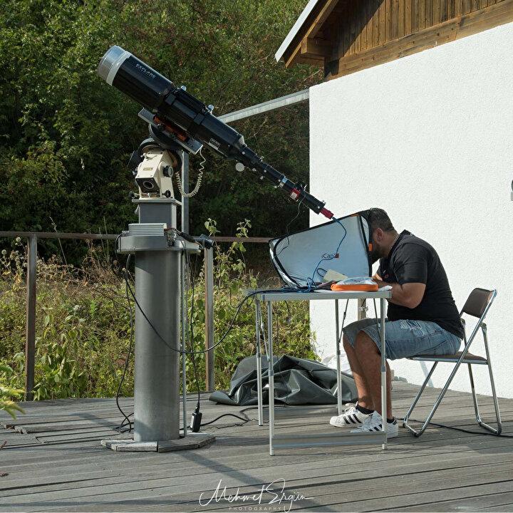 10UNCU DENEMEMDE ÇEKEBİLDİMDaha önce 3 kez bu olayı çektiğini, ancak kalitelerinin son çektiği kadar iyi olmadığını söyleyen Ergün, Kullandığım teleskop ile sadece güneş gözlenebiliyor. ISS yaklaşık 480 kilometre yukarıda ve 28 bin kilometre hızla hareket ediyor. Görebileceğimiz tam geçiş olayı 1 saniyeden az, 0.9 saniye sürüyor. Çektiğim fotoğrafları timelapse video haline getirdim...