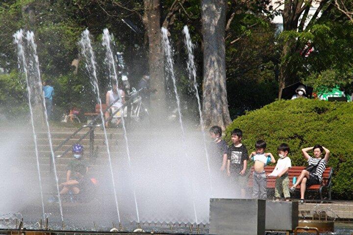 Tatilde fazla seyahat edilmesi halinde salgının zirve yapabileceği endişesini dile getiren hükümet, son olarak 6 Mayısta sona erecek OHALin süresinin uzatılmasının planlandığını duyurmuştu. OHALin uzatılmasına dair kararın önümüzdeki hafta resmi olarak açıklanması bekleniyor. Bu yıl takvimlerde 3 Mayısa denk gelen Altın Hafta cumartesi olması itibariyle bugün başlarken, tatil 5 Mayısta sona erecek.