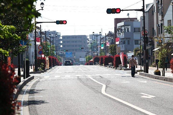 Hükümetin daha önce dile getirdiği İnsanlar seyahat ederse salgın altın haftada zirve yapabilir endişesine kulak veren Tokyolular sokakları boş bıraktı. Az sayıda Japon vatandaşı ise, güzel havayı fırsat bilerek parklarda güneşin tadını çıkardı. Hafta sonunda dolup taşan şehir içi trenleri boş kalırken, Altın Haftada her yıl milyonlarca kişiyi başka eyaletlere taşıyan Shinkansen (Hızlı tren) bileti gişelerinde de sakinlik göze çarptı.
