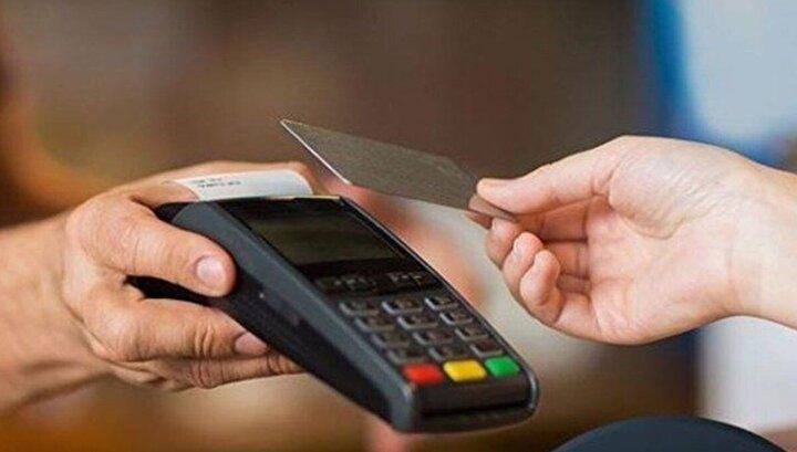 """Mastercard Türkiye ve Azerbaycan Genel Müdürü Yiğit Çağlayan """"Temassız işlemler özellikle yüzyüze işlemlerde tüketicilere daha hijyenik, hızlı ve güvenli bir ödeme olanağı sunarken, bugünlerde öne çıkan fiziksel mesafenin de korunmasına imkan veriyor. Zamanlaması farklı olsa da dünyada genelinde tüketicilerde aynı eğilimleri görüyoruz. Türkiye'de de marketlerde kredi kartlı alışverişlerde, tüketicilerin yüzde 60'tan fazlası temassız ödemeyi tercih ediyor. Bu dönemde ivmelenen temassız ödeme alışkanlığının bundan sonraki dönemde de artmasını bekliyoruz. Temassız işlemlerin yakın zamanda toplu taşıma, perakende ve akaryakıt gibi pek çok alana yayılacağını öngörüyoruz"""" diye konuştu."""