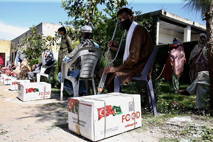 Pakistanda toplu taşıma ve atık yönetim hizmetleri sunan Albayrak şirketi, yeni tip koronavirüs (Kovid-19) salgını nedeniyle işlerine gidemeyenler, işini kaybedenler ve ihtiyaç sahiplerine 5 bin kolisi gıda yardımında bulundu.