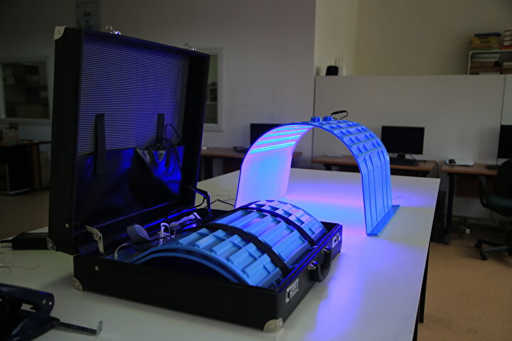 Yapılan analizlerde, cihazın hastanelerde uygulanan standart fototerapi cihazıyla eşdeğer şekilde çalıştığını tespit eden ekip, sonuçlarını uluslararası bilimsel bir dergide yayımladı.