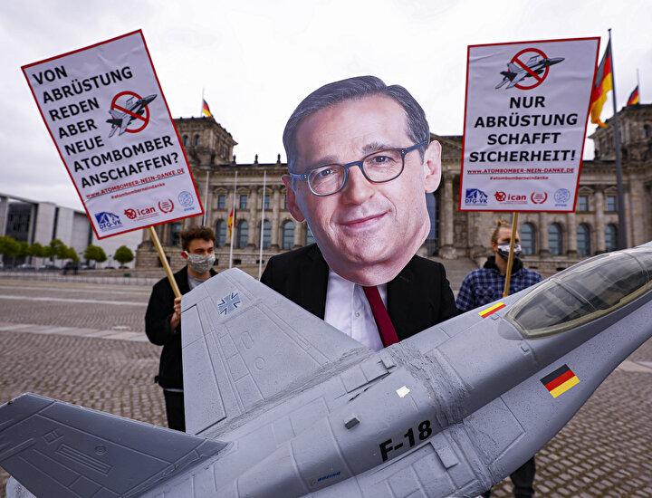 Koalisyon ortağı Sosyal Demokrat Partinin (SPD) yetkilileri ise özellikle ABDden alınacak uçaklara ilişkin Kramp-Karrenbaueri eleştirmişti.