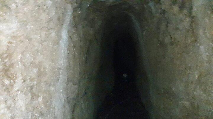 Öğretmen Okulu arka tarafından girilen tünelin, Ada mevkisinde yer alan tünele benzerliği ile dikkat çekiyor. Bazı noktalarında tahribatlar olan tünel, şehir merkezine doğru ilerliyor.