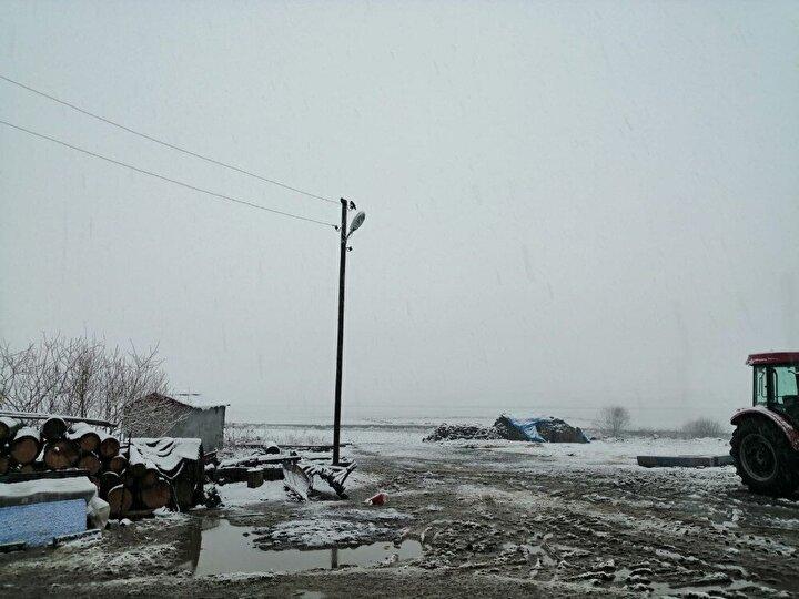 Kar yağışına hazırlıksız yakalanan sürücüler ise trafikte ilerlemekte zaman zaman zor anlar yaşadı.