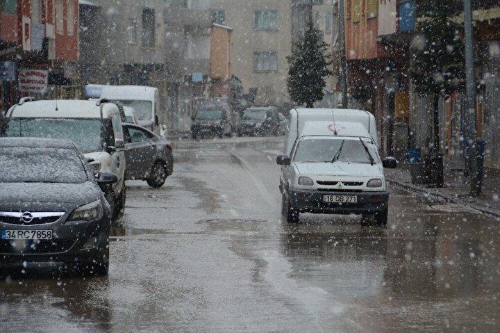 Sarıkamış'ta kar yağışının akşam da davam edeceği bildirildi.