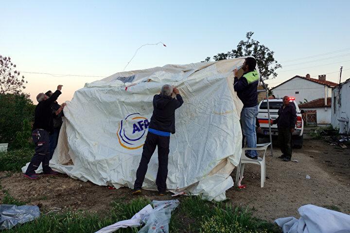 Ekipler de kısa sürede evin bahçesine çadır kurdu.