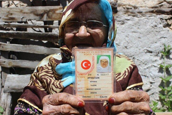 Nüfus kaydında 100 yaşında yazılmasına rağmen 108 yaşında olduğunu ifade eden Nazife Sönmez, Bugün Anneler Günüymüş. Haberim yok. Devletimiz benim adıma ağaç dikmiş çok mutlu oldum. Allah devletimizi her türlü tehlikeden korusun. Çok mutlu oldum. Herkesten Allah razı olsun dedi.