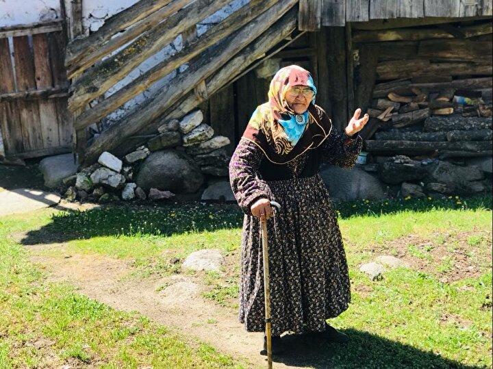 Keles ilçesinde yaşayan 108 yaşındaki Nazife Sönmez, torunun torununu gördü. İçişleri Bakanlığı ise 100 yaşını aşan Türkiyedeki 5 bin 529 annenin anneler gününü adlarına Sakaryada hatıra ormanı kurarak kutladı.