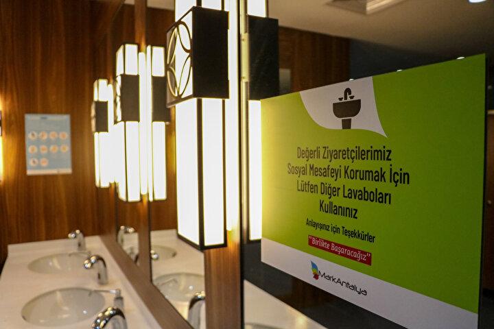 Sağlık Bakanlığı tarafından açılış sürecinde uygulanması gereken hijyen tedbirleri ise AVM yönetimlerince uygulandı. Antalya kent merkezinde bulunan alışveriş merkezinde de açılış için gerekli önlemler alındı.
