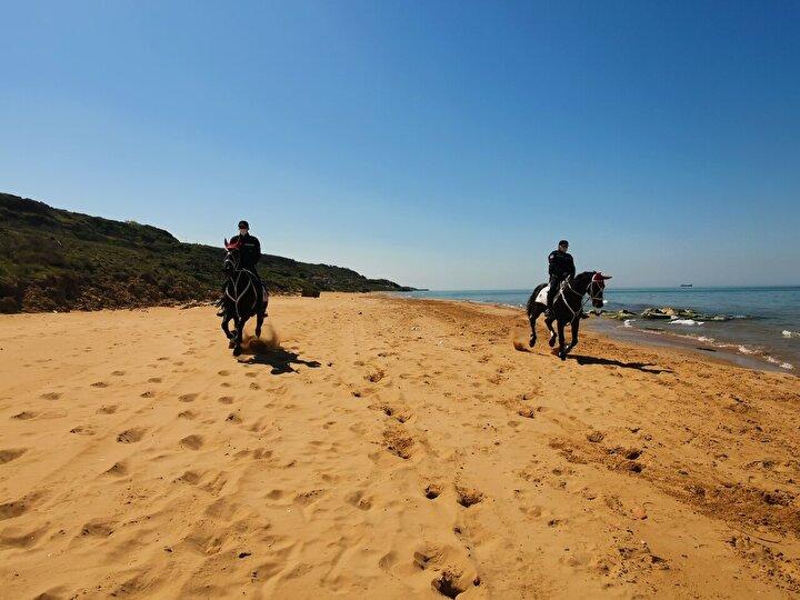 Ekipler sahil girişlerinde nöbet tutarken, Jandarma Atlı Birlikleri ise sahiller de devriye gezdi.