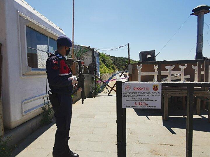 Kilyosta İstanbul İl Jandarma Ekipleri vatandaşların sahil şeridine girmesini engellemek için sahil girişlerini zincirlerle ve bariyerlerle kapattı.