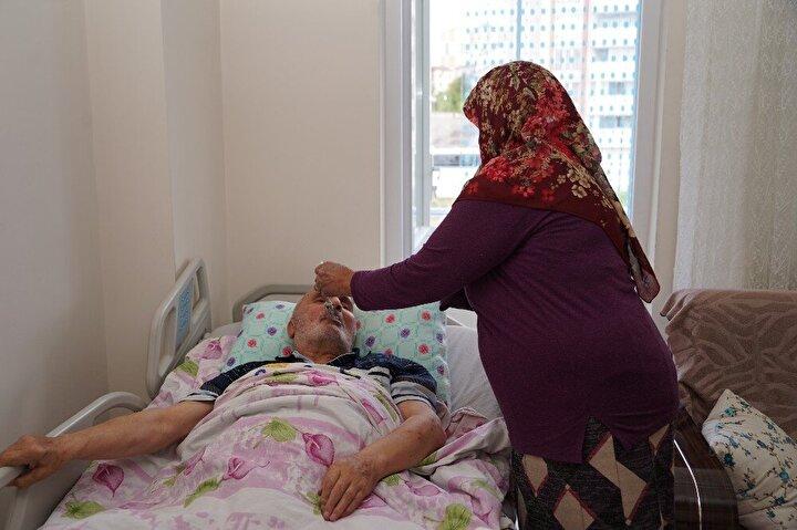 """66 yaşında engelli Pakize Çevik ise ziyaretten ötürü Kızılaya teşekkür ederek, """"Benim Anneler Günümü kutladı. Hepsinden Allah razı olsun. İki tane hastam var. Ben, kendimde özürlüyüm. Çok zor durumda bakıyorum ben hastalarıma. Altını değiştiremiyorum, üstünü değiştiremiyorum. Elbiselerini giydirirken zorlanıyorum. Yemeklerini ben yediriyorum, tırnaklarını dahi ben kesiyorum. Bir elim var, diğer elim yok. O yüzden giydirmesi, kaldırmasında zorlanıyorum. Ama ne yapayım, mecbur bakacağım diye uğraşıyorum. Bugün Anneler Günüymüş. Benim evime gelip Anneler Günümü kutladılar. Pasta getirdiler. Benim çok mutlu ettiler, duygulandım, ağladım. Hepsinden de bin kere Allah razı olsun diye konuştu."""