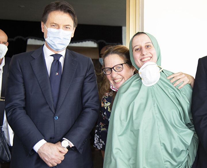 18 aylık esaretin ardından 8-9 Mayısta düzenlenen operasyonla kurtarılan Silvia Romano, öğle saatlerinde İtalyan devletine ait özel jetle başkent Roma'daki Ciampino Havaalanına geldi.