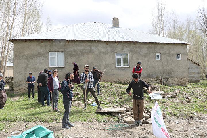 Torba dolusu yılanlar, ekipler tarafından köyün dışındaki sazlıklara bırakıldı.