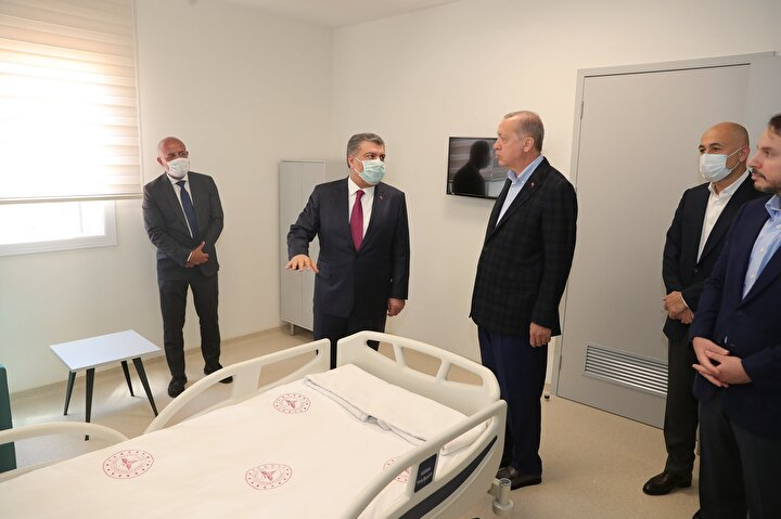 Cumhurbaşkanı, son olarak Sancaktepe'de yapımı devam eden çok amaçlı acil durum hastanesini ziyaret etti.
