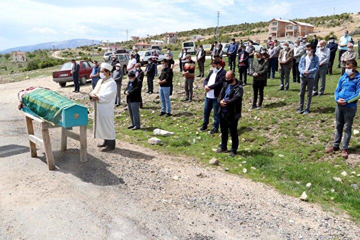 Dün saat 07.00 sıralarında ilçedeki Kozalan Mahallesinde meydana gelen olayda Kamile Çevik, büyükbaş hayvanlarını otlatmaya çıkardı. Çevik, mahalle mezarlığının bulunduğu ormanlık bölgede ayının saldırısına uğradı.