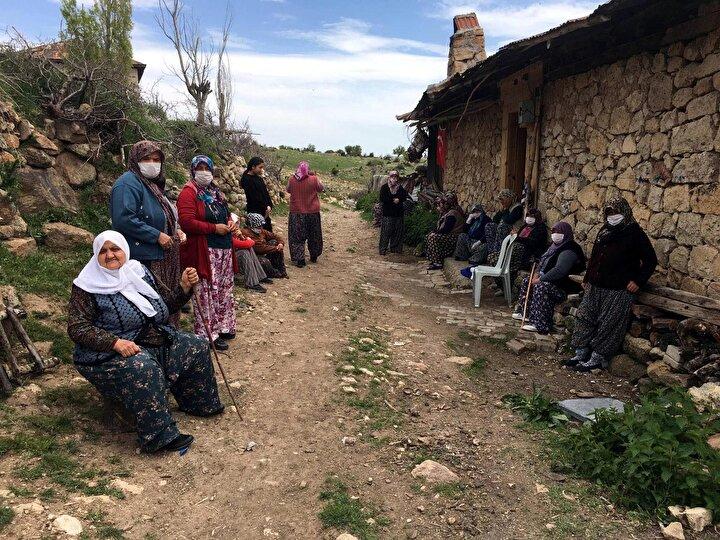 Çevik, öğlen kılınan cenaze namazının ardından, gözyaşları arasında saldırıya uğradığı bölgedeki mezarlıkta toprağa verildi.