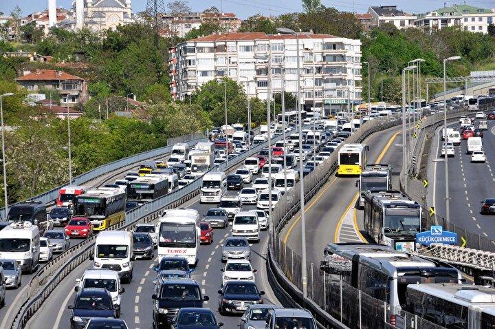 Koronavirüsle ile mücadele kapsamında hafta sonu uygulanan iki günlük sokağa çıkma kısıtlaması sonrasında bugün İstanbulda bazı noktalarda trafik yoğunluğu yaşandı.