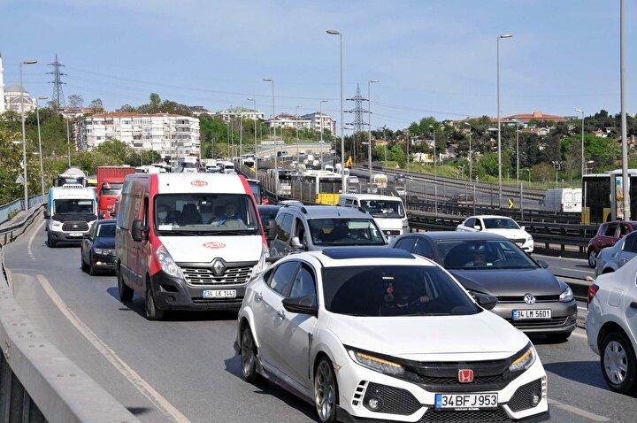 AVMlerin de açılmasıyla alışveriş için özel araçları ile dışarı çıkan vatandaşlar D-100 Cevizlibağ ve Küçükçekmece gibi birçok noktada trafik yoğunluğu oluşturdu.