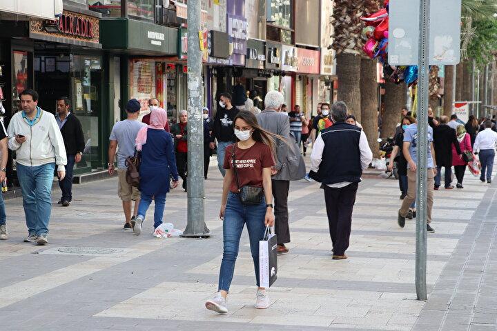 Denizli Valiliğinden yapılan açıklamada, İl Hıfzıssıhha Kurulunun yeni kararlar aldığı belirtildi.Bu kararlara göre maske kullanımı; pazar yerleri, marketler, toplu çalışılan iş yerleri ve toplu taşıma araçlarının yanı sıra bundan böyle cadde, sokak, park, alışveriş merkezi gibi tüm açık ve kapalı alanlarda zorunlu hale geldi.