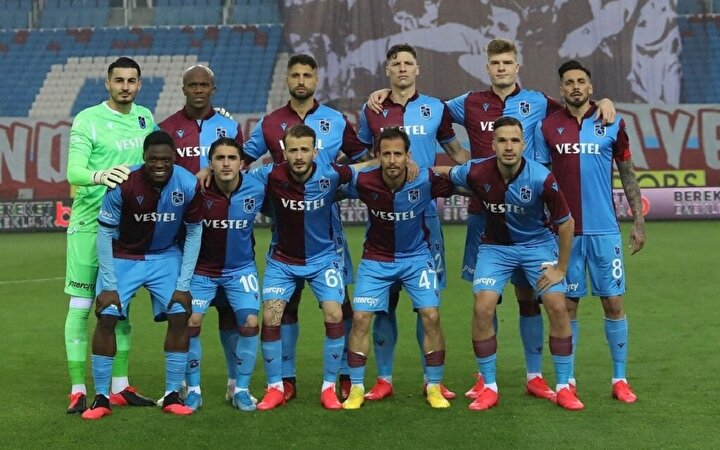 Süper Lig'de şampiyonluğun en güçlü adaylarından olan Trabzonspor'un oyuncu kadrosuna ciddi transfer teklifleri geliyor. Futbol piyasasının canlanmasıyla beraber bordo-mavili kulübün ciddi transfer teklifleriyle karşı karşıya kalması bekleniyor. Karadeniz ekibinde kiralık oynayan Sörloth ile birlikte Abdulkadir Ömür, Uğurcan Çakır, Hüseyin Türkmen, Hosseini, Abdulkadir Parmak, Sosa, Novak, Nwakaeme ve Ekuban gibi isimler yurt içi ve yurt dışı olmak üzere takımların transfer çalışmalarının ilk sıralarında yer alıyor.
