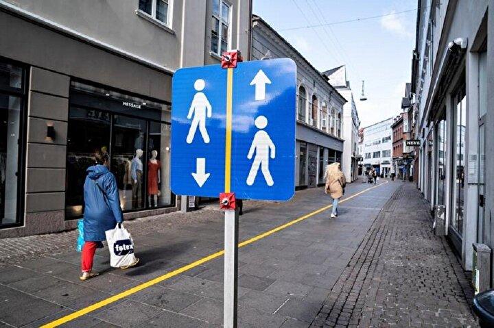 Danimarkadaki sosyal mesafe kurallarına uymalarına yardımcı olmak için bir yaya yolunun yeniden düzenlenmesi.