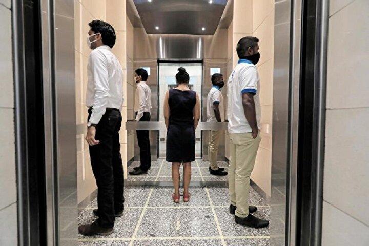 Sri Lankada asansör içinde sosyal mesafe.