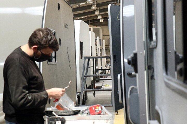 Sakarya'nın Arifiye ilçesinde karavan üretimi yapan bir firma ise Türkiye ve dünyanın birçok ülkesine siparişler artınca çalışmalarını tam kapasite arttırdığını belirtti.