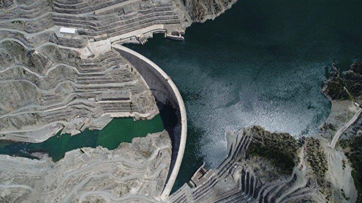 Türkiye'nin en hızlı akan nehri olan Çoruh Nehri üzerinde yapımı tamamlanan ve elektrik üreten Muratlı Barajı ve HES, Borçka Barajı ve HES, Deriner Barajı ve HES ile Artvin Barajı ve HES'in ülke ekonomisine dev katkı sağlamış oldu.