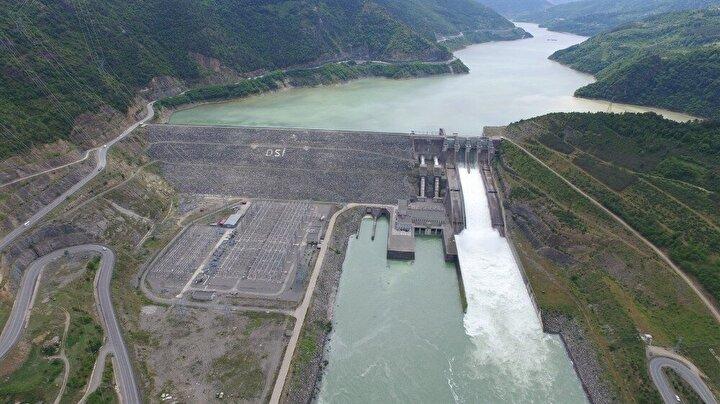 Yöredeki barajlar içinde en genci olan barajın, temelden yüksekliği 180 metre. Artvin Barajının kurulu gücü 332 MW olup ortalama yıllık enerji üretim miktarı ise 1 milyar 26 milyon kWh.