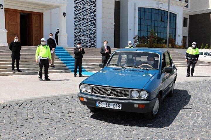 Ödül töreni sonrası aracına binerek hareket eden Uçar'a polis ekipleri eşlik etti.