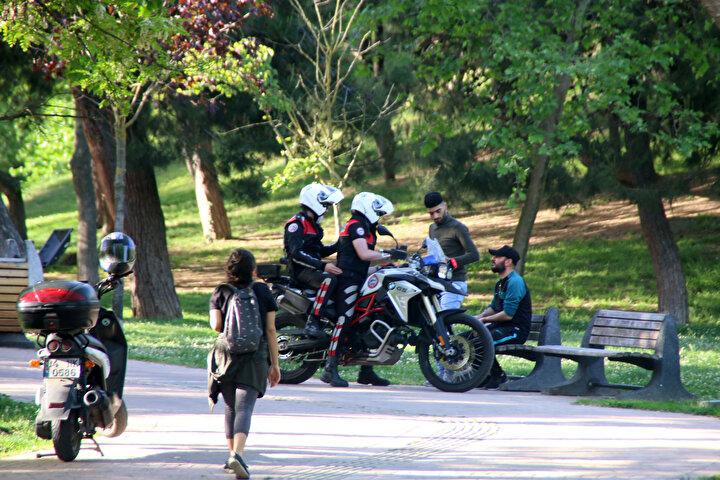Uyarıların ardından vatandaşlar parktan çıkarken, polisler denetimlerine devam etti.