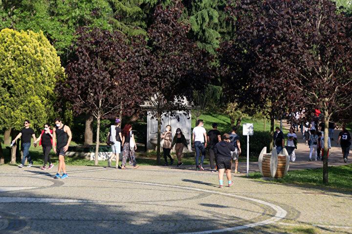 İçişleri Bakanlığınca yayınlanan genelgeyle, koronavirüs tedbirleri kapsamında, park ve bahçelerde spor yapmak ve oturmak yasaklanmasına rağmen vatandaşlar parkları doldurmaya devam ediyor. Hafta sonu sokağa çıkma yasağının sona ermesinin ardından Şişli Maçka Demokrasi Parkına akın eden vatandaşlar, bugün de parkı doldurdu.