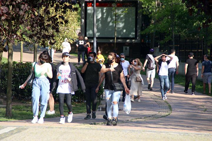 Bazı vatandaşlar çim ve banklarda oturarak vakit geçirirken, bazı vatandaşlar da yürüyüş ve koşu yapmaya devam etti.