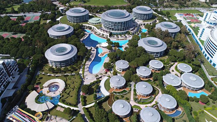 Sınırların açılması ve uçuşların yeniden başlamasıyla hem yerli hem yabancı turiste uygulanacak koronavirüs önlemli tatil uygulamalarıyla ilgili Antalyanın dünyaca ünlü turizm merkezi Belekteki 5 yıldızlı oteller tüm hazırlıklarını tamamladı.