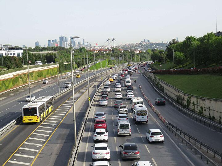 Koronavirüsle mücadele kapsamında ilan edilen 2 günlük sokağa çıkma yasağının bitmesinin ardından dün yaşanan trafik yoğunluğu sonrasında bugün de 15 Temmuz Şehitler Köprüsü ve Fatih Sultan Mehmet Köprüsünde trafik yoğunluğu yaşandı.