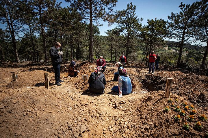 Ziyarete açık olan Kilyos Mezarlığında birçok mezar taşı ve tahtasına şal ve eşarp bağlandığı görülüyor. Bazı cenazelerin yakınları, mezarlıklarla anlaşmalı mezar yapıcı firmalarla görüşerek bütçelerine göre kısa sürede düzenleme yaptırabiliyor.
