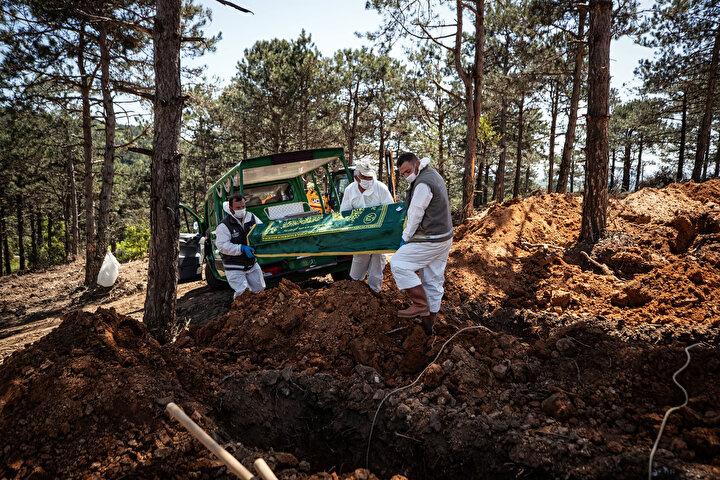 Ailelerin ileride başka mezarlığa taşımak isteyebileceği düşüncesiyle cenazeler tabut ile defnediliyor.