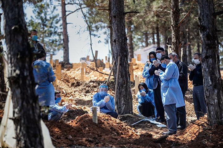 Mezarlığa gün içerisinde gelen cenazeler dışında ailelerin talep etmesi halinde akşam vakitlerinde de defin işlemi gerçekleştiriliyor. Kabirler, tabutla gömüldükleri ve ileride üzerine defin yapılması talebine karşı normalden biraz daha derin ve geniş kazılıyor.